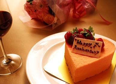 アニバーサリーコース<br />– ケーキと花束付きの<br />記念日ディナー –